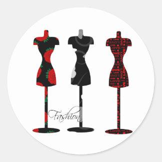 Modeklänningen bildar runt klistermärke