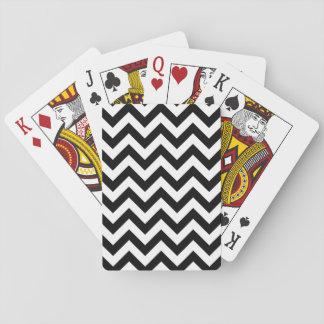 Moderiktig sparre som leker kort kortlek
