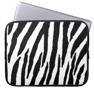 Moderiktigt svartvitt zebra mönstrad laptop datorskydd