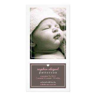 Modern enkel brunt för flickafödelsemeddelande fotokort
