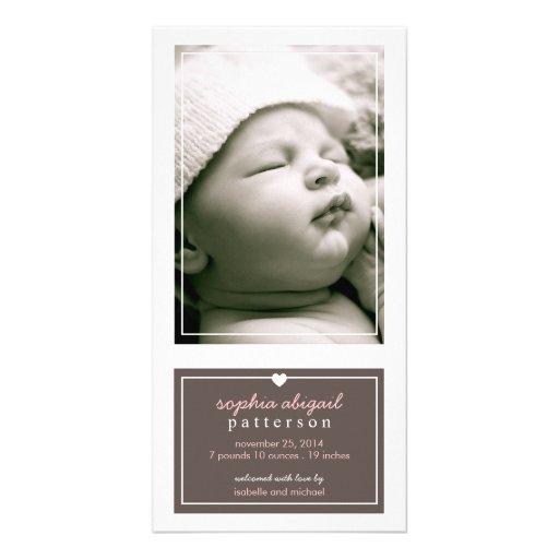Modern enkel brunt för flickafödelsemeddelande anpassingsbara fotokort