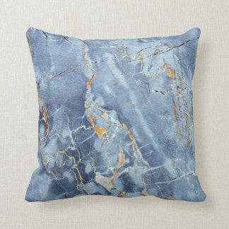 Modernt moderiktigt marmormönster i blåttguldgrått kudde