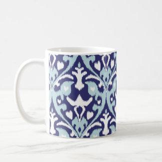 Modernt mönster för ikat för blått och för vit kaffemugg