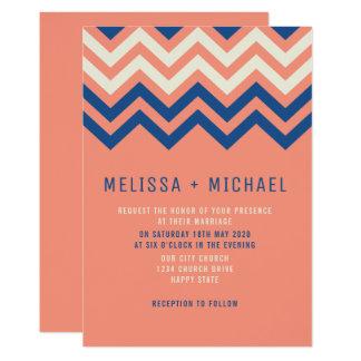 Modernt sparremönsterkorall och blåttbröllop 12,7 x 17,8 cm inbjudningskort