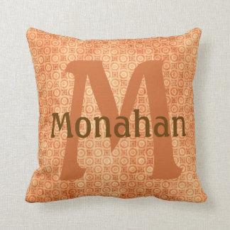 Monagramed brände den orange dekorativ kudde