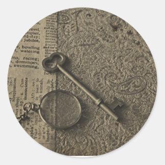 Monocle och nyckel runt klistermärke