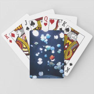 Monogram för regnbågegeléfisk som leker kort casinokort