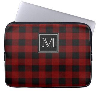 Monogram på ojämn röd och svart pläd laptop sleeve