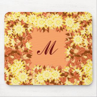 Monogram som inramas med blommor - kakao & gult musmattor