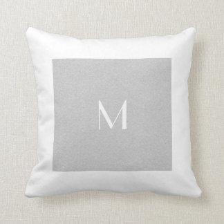 Monogramgrå färg & anpassningsbar för format   för dekorativ kudde