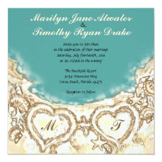 Monogramhjärtor på strandbröllopinbjudan fyrkantigt 13,3 cm inbjudningskort