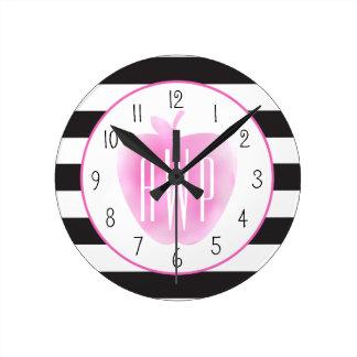 Monogrammed rosa vattenfärg Apple + Randar Rund Klocka