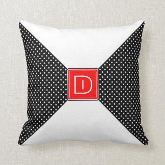 Monogrampolka dots och vit kudde