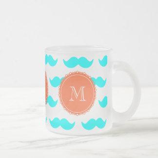 Mönster för Aquablåttmustasch, korallvitMonogram Kaffe Koppar