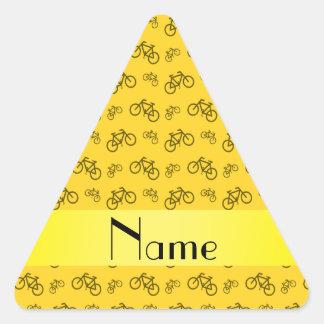Mönster för cykel för personlignamngult triangelformat klistermärke