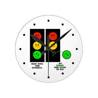 Moody yttersida för Stoplightsnilletänka boxas Rund Klocka