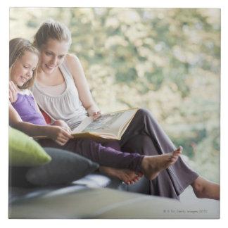 Mor- och dotterläsningsagobok kakelplatta