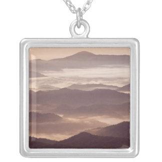 Morgondimma i den sydliga appalachianen silverpläterat halsband