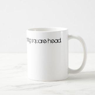 Morgonen kvadrerar huvudet för honom mug.en kaffemugg