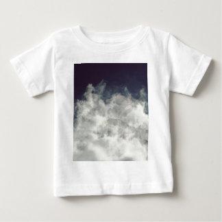 Mörk himmel, ljust moln t shirts