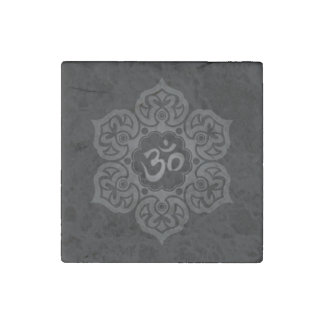 Mörk lotusblommablomma Om på svart Stenmagnet