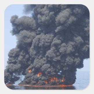 Mörka moln av röker och avfyrar dyker upp 2 fyrkantigt klistermärke