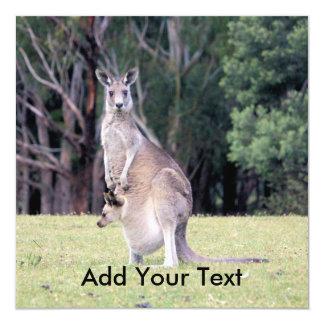 Morkänguru med babyen som är känguruunge i henne fyrkantigt 13,3 cm inbjudningskort