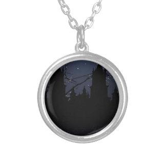 Mörkt platsillustrationtryck halsband med rund hängsmycke