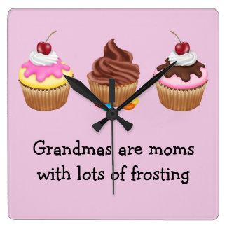Mormödrar är mammor med att glasera för raddor fyrkantig klocka