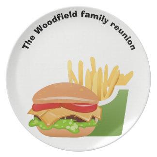 Möte för familj för hamburgarepicknickpersonlig tallrik