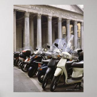 Motoriska sparkcyklar som in parkeras utanför pant poster