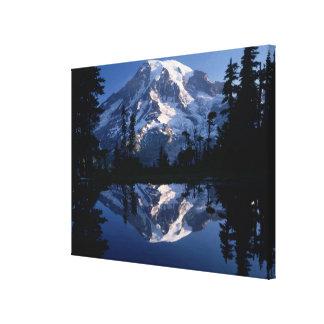 Mount Rainier och blå himmel reflekterade perfekt Canvastryck