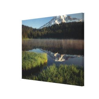 Mount Rainier reflekterade i reflexion sjön Canvastryck