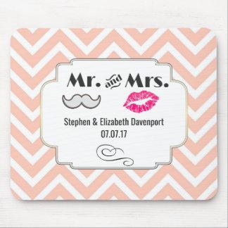 Moustache och läppar på persikasparrebröllop musmattor
