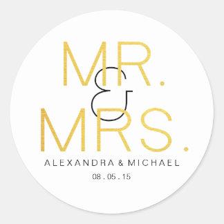 Mr.&Mrs. Guld- elegantt typografibröllop Runt Klistermärke