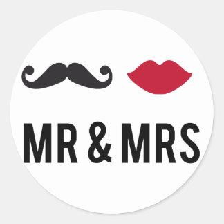 mr. och mrs. med mustasch och röd läppar runt klistermärke