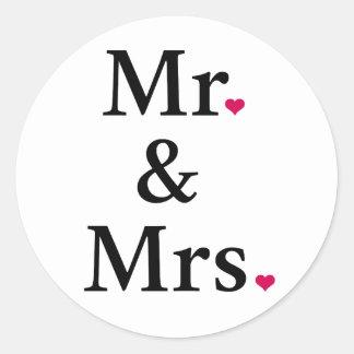 mr. och mrs. med två röda hjärtor runt klistermärke