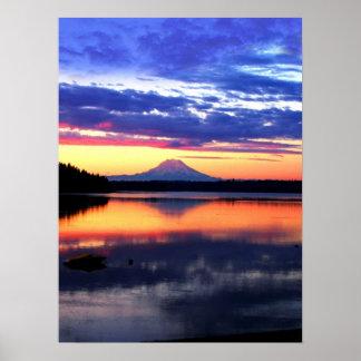 Mt som är mer regnig på soluppgången poster