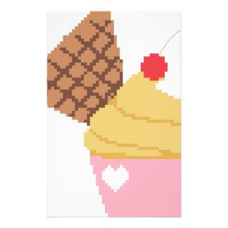 muffin med ett körsbär överst brevpapper