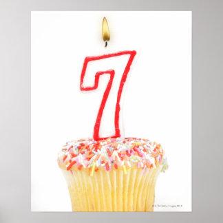 Muffin med ett numrerat födelsedagstearinljus 7 affischer