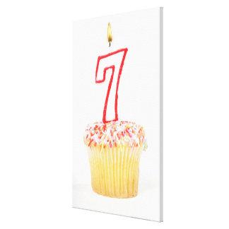 Muffin med ett numrerat födelsedagstearinljus 7 canvasduk med gallerikvalitet