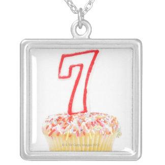 Muffin med ett numrerat födelsedagstearinljus 7 silverpläterat halsband