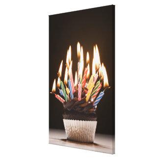 Muffin med födelsedagstearinljus canvasdukar med gallerikvalitet