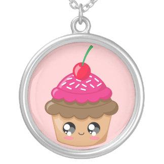 Muffin med körsbäret och stänk silverpläterat halsband