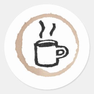 Mugg av varm kaffe/kaffefläck runt klistermärke