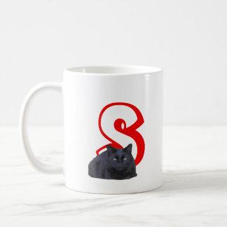 Mugg - brev S med den svart katten och namn