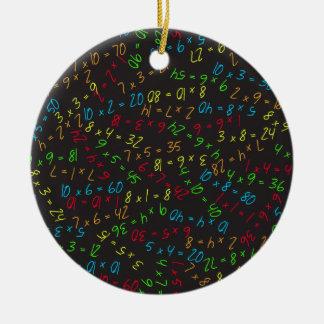 Multiplikation av mångar rund julgransprydnad i keramik