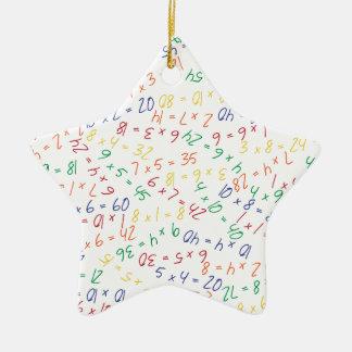 Multiplikation av mångar stjärnformad julgransprydnad i keramik