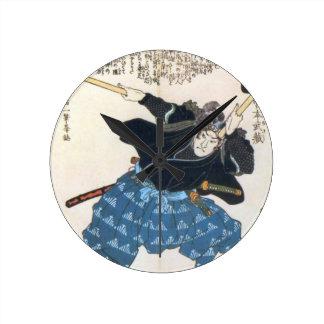 Musashi Miyamoto 宮本武蔵 med två Bokken Rund Klocka
