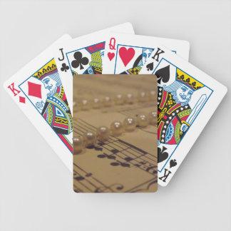 Musik och pärlor som leker kort spelkort